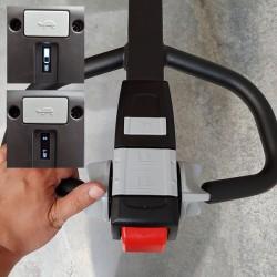 Timon avec commandes et affichage LED du niveau de batterie et autonomie restante.