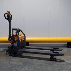 compact and space-saving electric pallet truck