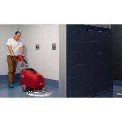 Nettoyage dans les douches et vestiaires avec la récureuse RCM Bis CB